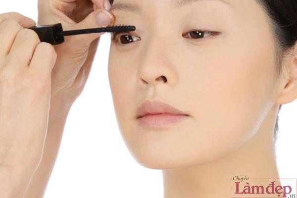 Sử dụng mascara, chuốt cả mi trên lẫn mi dưới để đôi mắt thêm to tròn.