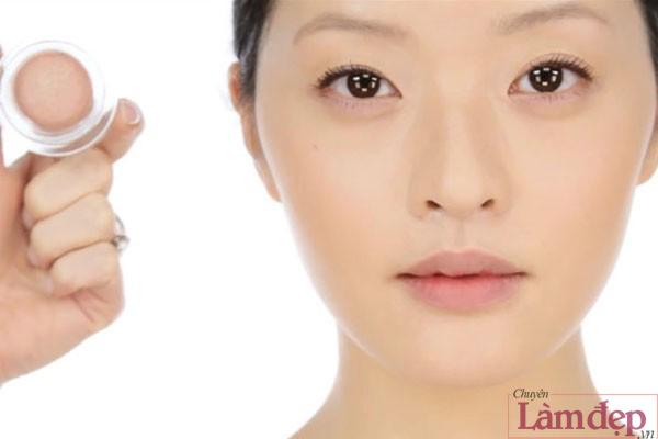 Sử dụng phấn mắt màu hồng nude dạng kem để đánh khối.