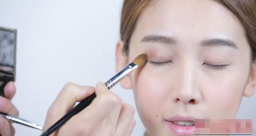 Chọn màu phấn mắt và tán đều lên bầu mắt, chú ý nhấn vào phía đuôi mắt để thêm sâu